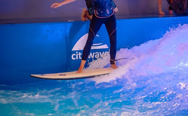 Indoor Surfen Basic Kurs Ebikon | Auf der Oana-Citywave surfen lernen
