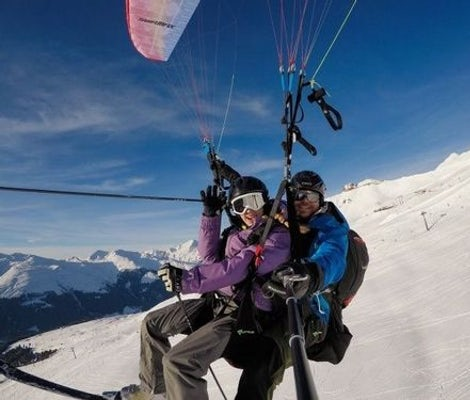 Partenza in parapendio con gli sci a Davos